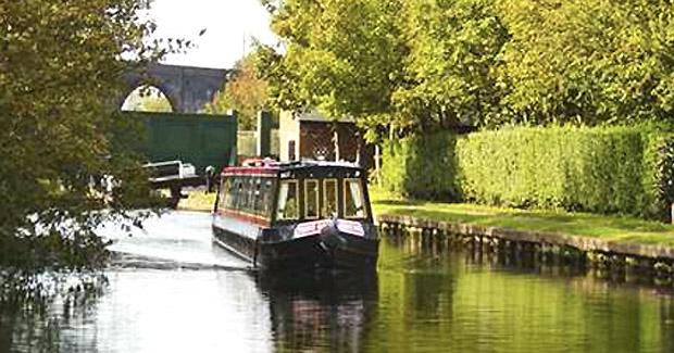 http://timesharegame.com/wp-content/uploads/uk-narrowboat-canal.jpg